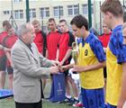 Zakończenie Międzyszkolnej Ligi Rugby - Stefan Somla wręcza puchar Patrykowi Aniczewskiemu - 17 czerwca 2013 r.